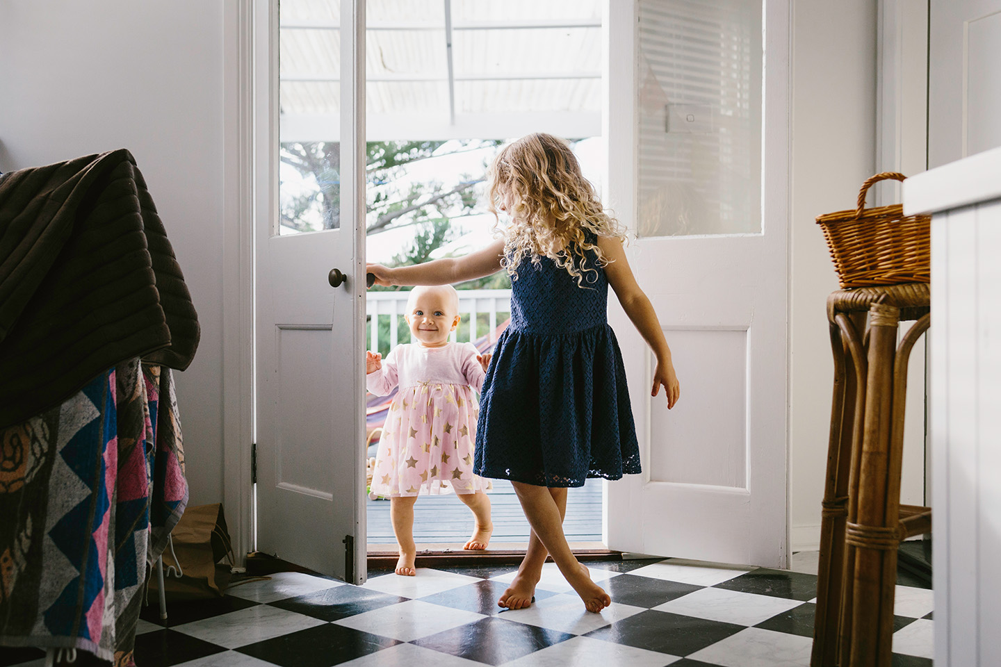 children opening a door, family photography, Alice Payne photography